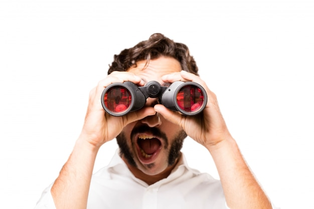 Homem surpreendido com binóculos