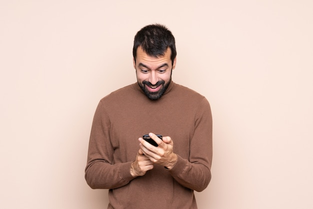 Homem surpreendido e enviando uma mensagem