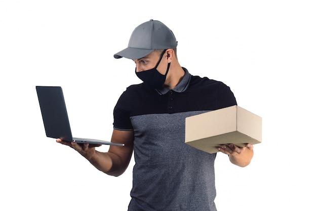 Homem surpreendido entrega com laptop e pacote isolado