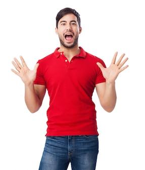 Homem surpreendido jogando com as mãos