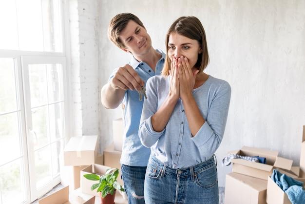 Homem surpreendido parceiro com as chaves de sua nova casa