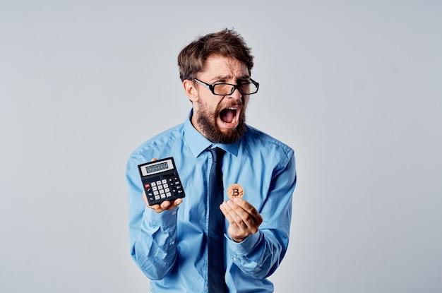 Homem surpreso com bitcoin criptomoeda nas mãos e moedas de dinheiro eletrônico financeiro