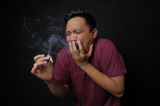 Homem surpreso depois de fumar um cigarro
