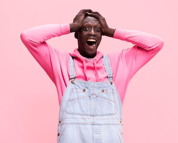 Homem surpreso posando em estúdio