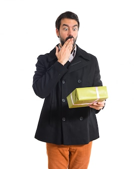 Homem surpreso segurando um presente