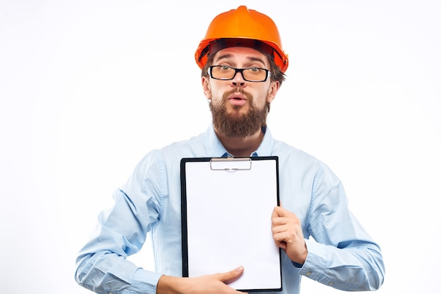 Homem surpreso trabalhando no gesto com a mão do estúdio da indústria da construção