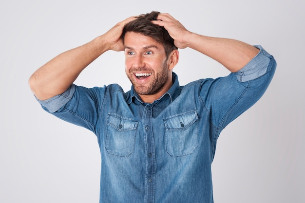 Homem surpreso vestindo uma camisa jeans