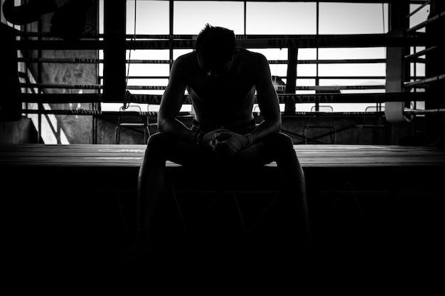 Homem tailandês do esporte do pugilista, preto e branco.