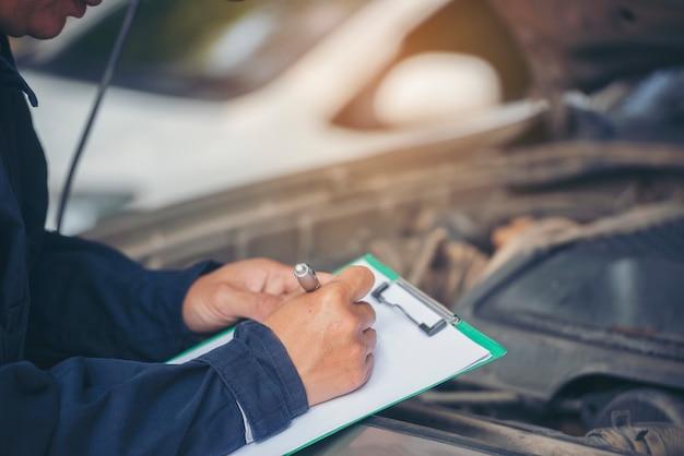 Homem técnico verificando conserto de veículos motorizados para serviços de empresa de engenharia mecânica
