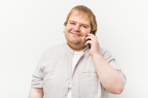 Homem telefonando feliz, sorridente e alegre