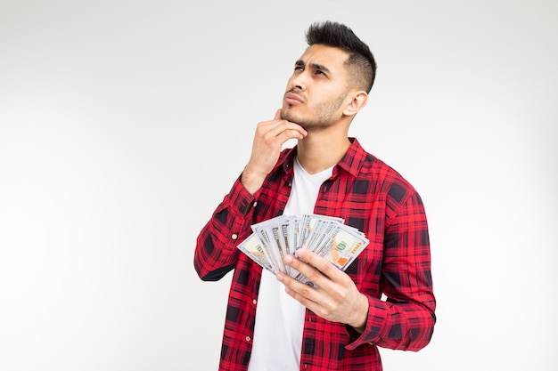 Homem tem dólares nas mãos em um estúdio branco com espaço de cópia