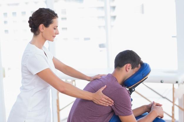Homem, tendo, costas, massagem