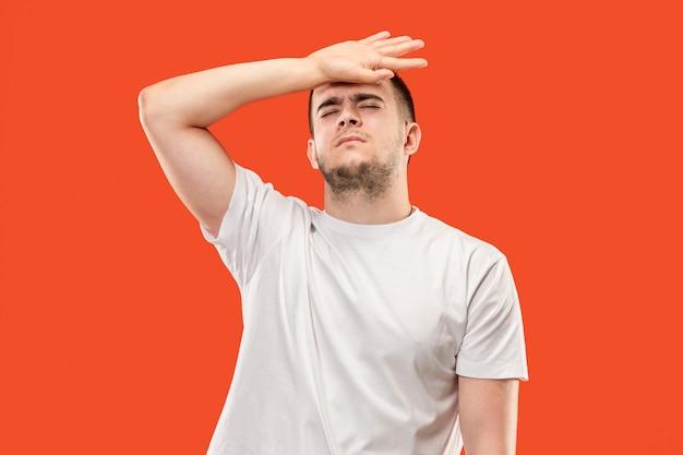 Homem tendo dor de cabeça. isolado sobre o orangotango.