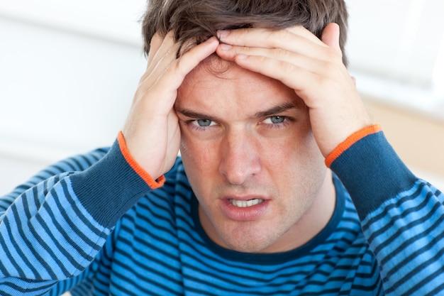 Homem, tendo, dor de cabeça, livingroom