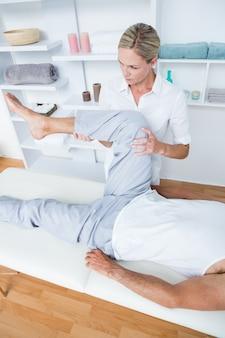 Homem, tendo, perna, massagem