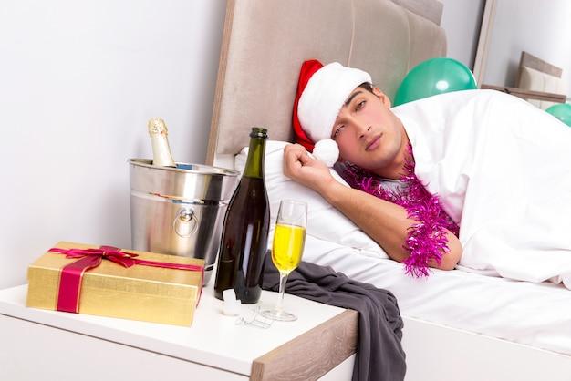 Homem tendo ressaca depois da festa da noite