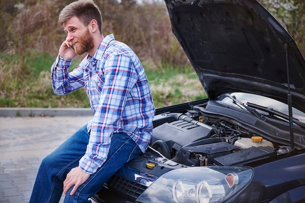 Homem tendo um problema com o carro