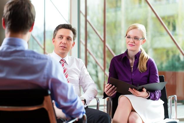 Homem tendo uma entrevista com gerente e emprego de emprego de parceiro