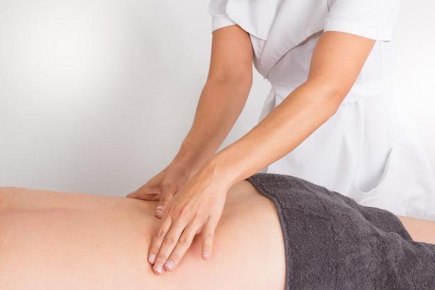 Homem tendo uma massagem nas costas feita
