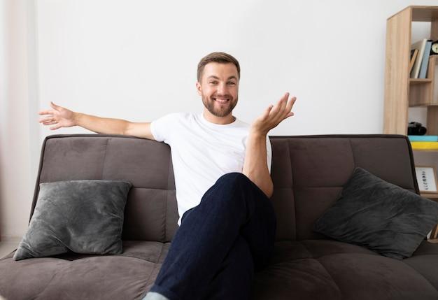 Homem tendo uma videochamada com sua família