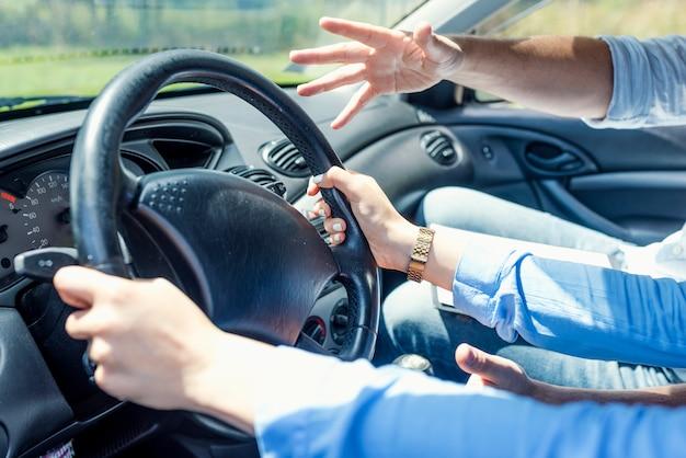 Homem, tentando, tomar, controle, volante, em, arriscado, situação