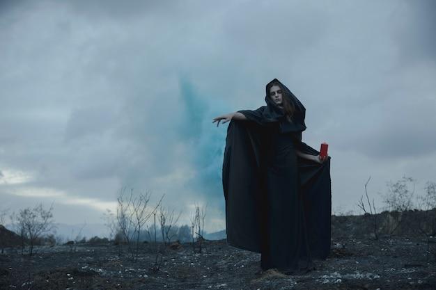 Homem tentando um efeito de feitiço azul para o halloween
