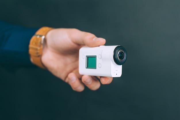 Homem tira fotos, grava vídeos com uma câmera de ação