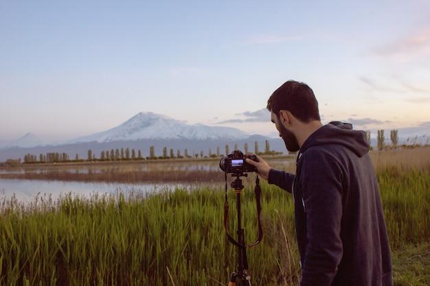 Homem tira uma foto do pôr do sol