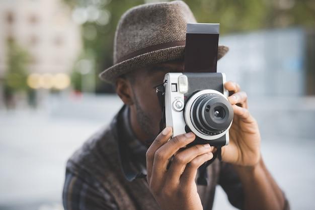 Homem tirando foto