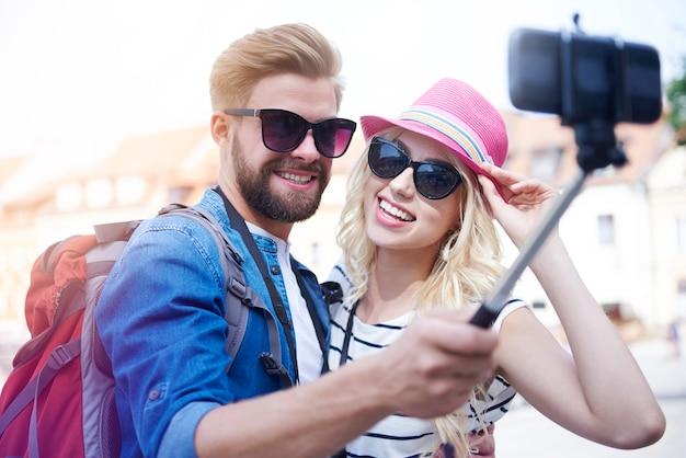Homem tirando fotos de férias