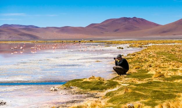 Homem tirando fotos na lagoa do colorado