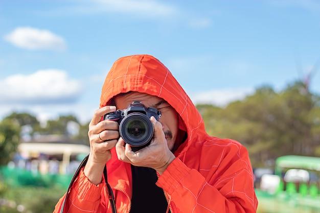 Homem tirando fotos