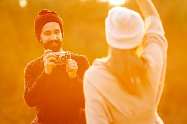 Homem tirando uma foto de seu melhor amigo ao ar livre