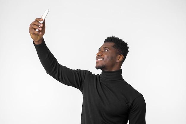Homem tirando uma foto de si mesmo
