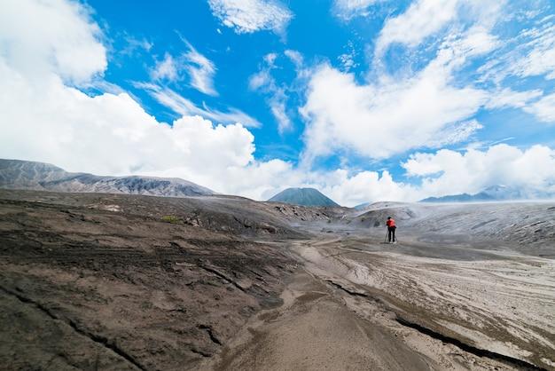 Homem tirar foto paisagem céu no monte bromo