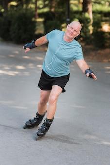 Homem tiro completo com patins