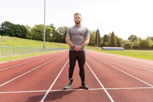 Homem tiro completo com perna protética