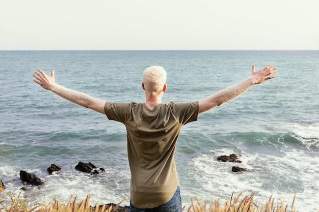 Homem tiro médio à beira-mar