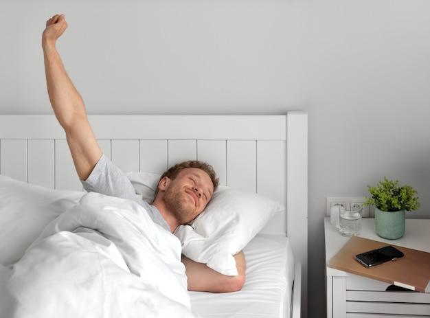Homem tiro médio acordando