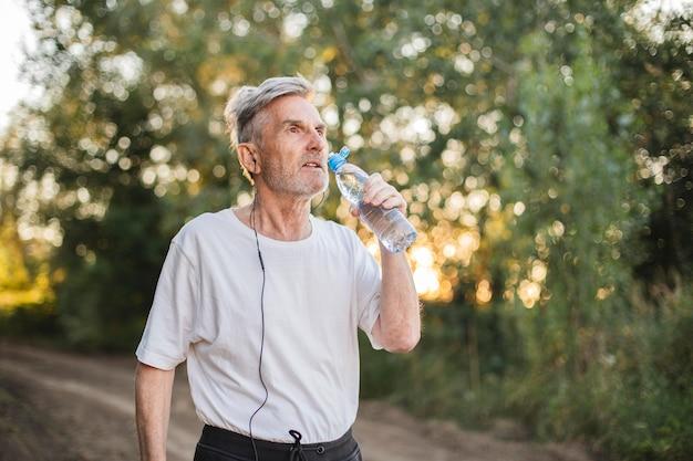Homem tiro médio bebendo água