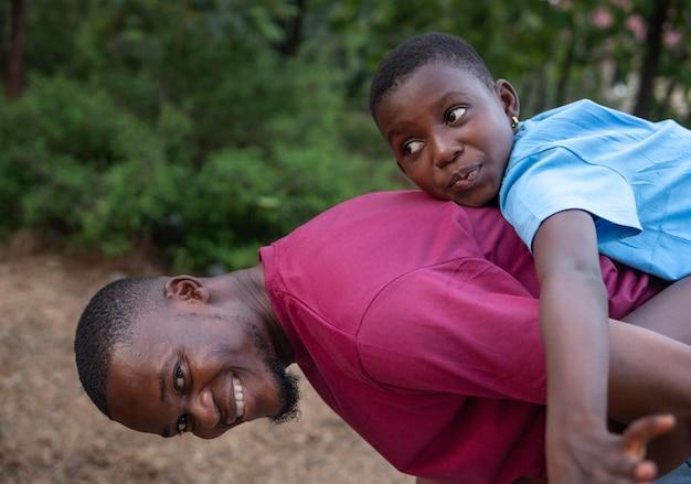 Homem tiro médio carregando criança