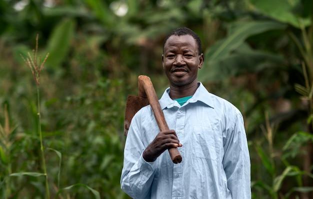 Homem tiro médio carregando ferramenta