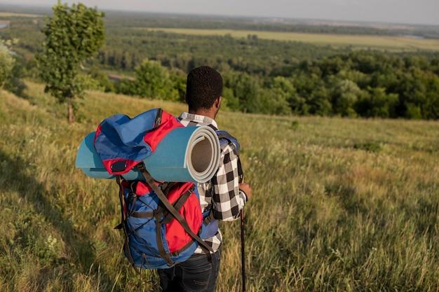 Homem tiro médio carregando mochila