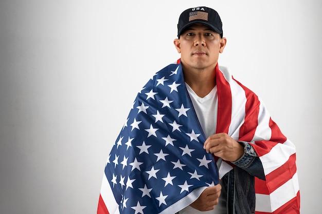 Homem tiro médio com bandeira americana
