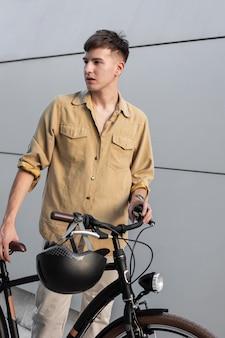 Homem tiro médio com bicicleta e capacete