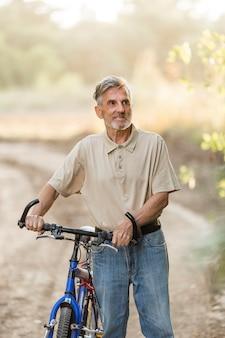 Homem tiro médio com bicicleta