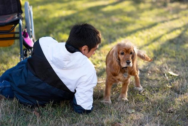 Homem tiro médio com cachorro ao ar livre