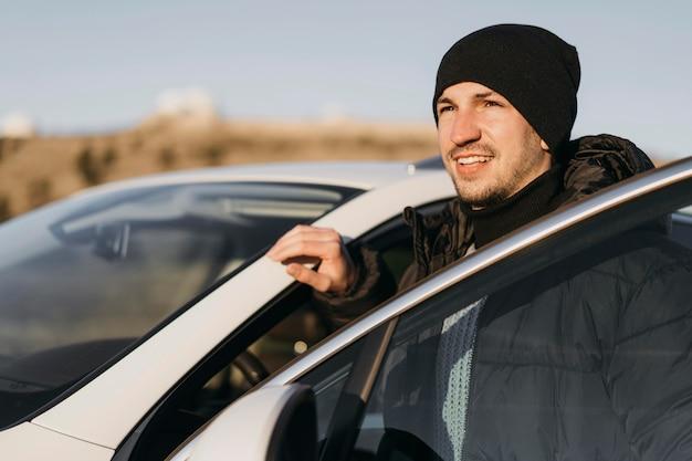 Homem tiro médio com carro