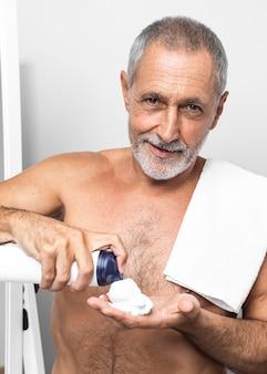 Homem tiro médio com creme de barbear