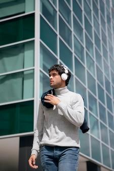 Homem tiro médio com fones de ouvido